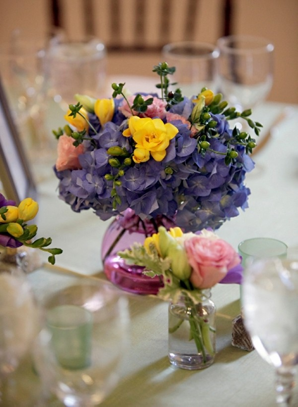 Recycled Glass Vase with Beautiful Flowers for Wedding Decor
