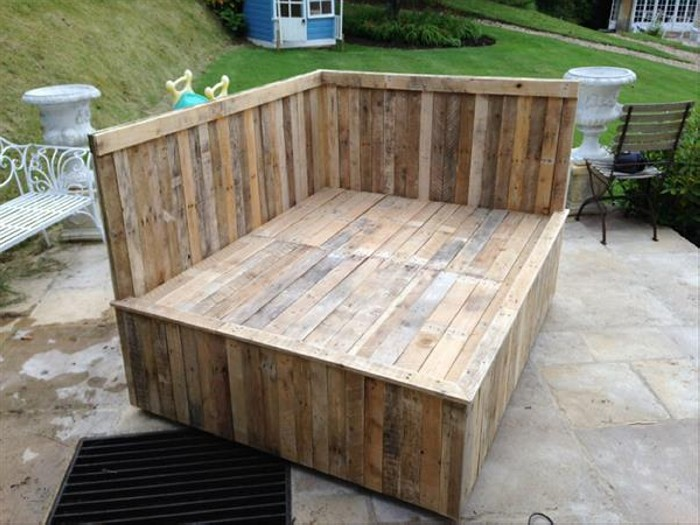 Recycled pallet bed frame projects recycled things for Diy patio bed