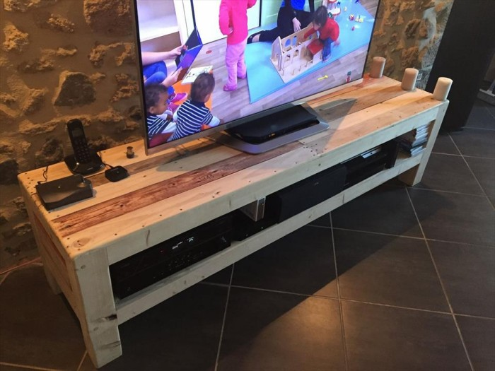 tv stands from wooden pallet recycled things. Black Bedroom Furniture Sets. Home Design Ideas