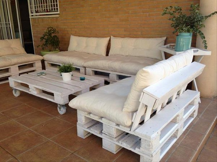 Pallet outdoor furniture plans recycled things for Sofa de palets exterior