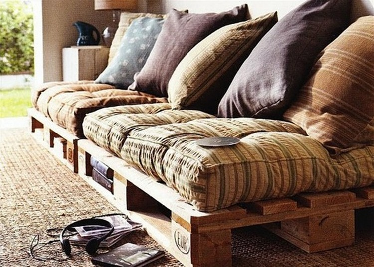 DIY Wooden Pallet Daybed