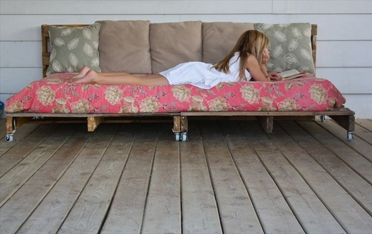 Wooden pallet daybed plans recycled things for Outdoor pallet daybed
