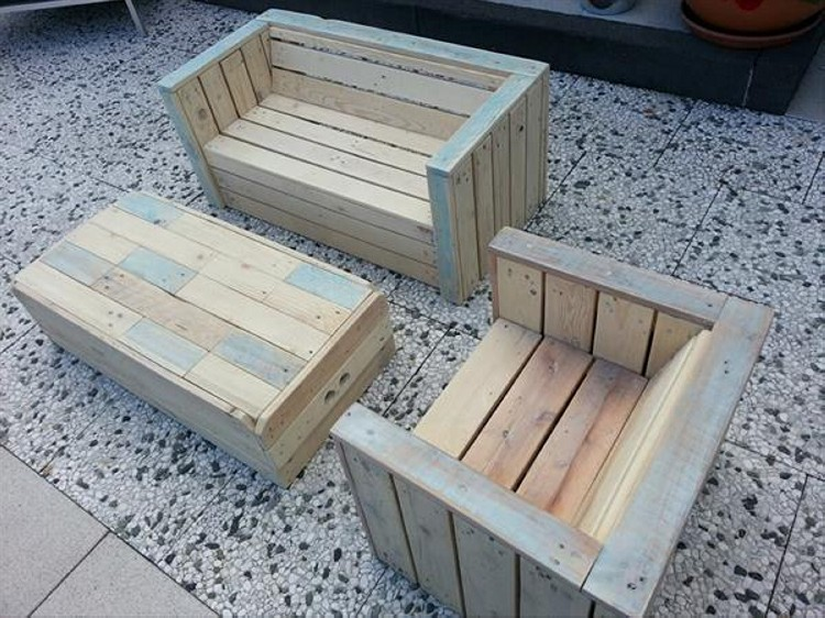 Pallet outdoor furniture plans recycled things for How to make furniture out of wood pallets