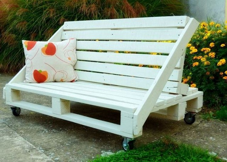 Wood pallet patio furniture plans recycled things for Sofa de palets exterior