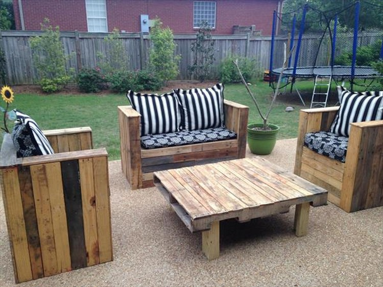 Wood pallet patio furniture plans recycled things for Pallet furniture designs