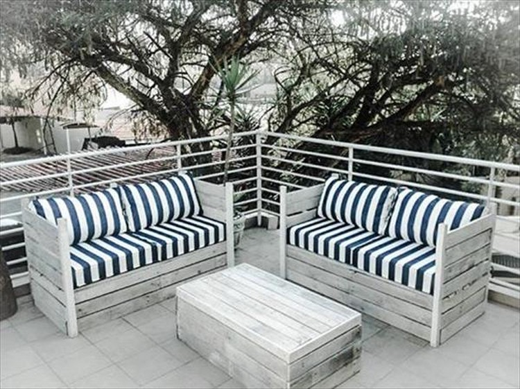 Pallet Patio Sofa with Coffee Table