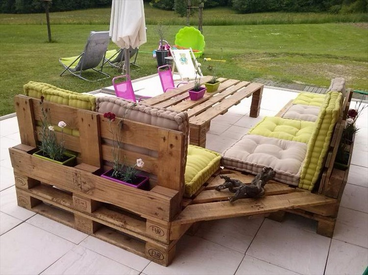 Wooden pallet sofa designs recycled things for Canape angle palette