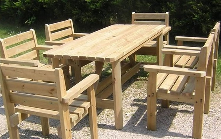 Upcycled wooden pallet patio dinning tables recycled things for Table exterieur palette