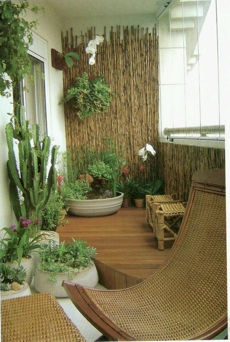 10 clever ways to decorate your balcony area recycled things for Garden accents and decor