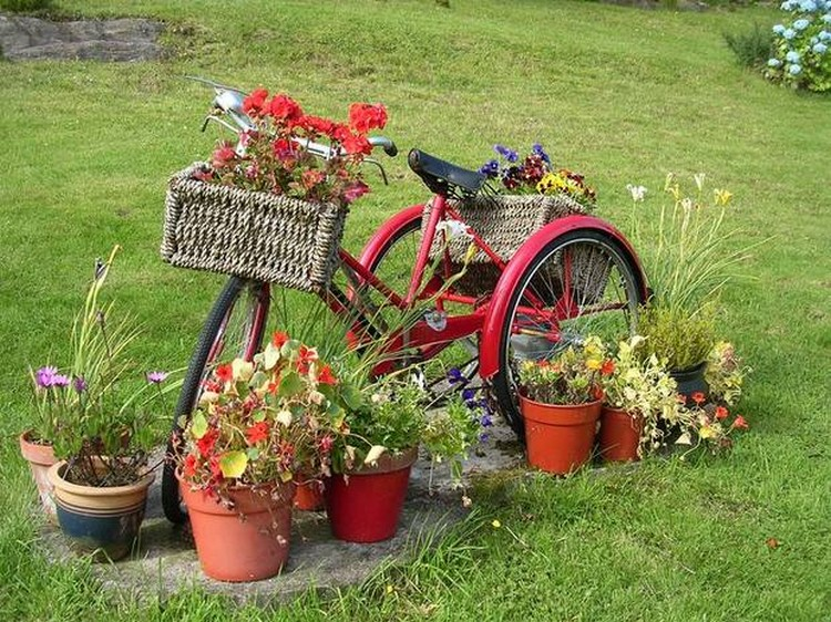 Upcycled garden art projects recycled things for Objet de decoration rouge
