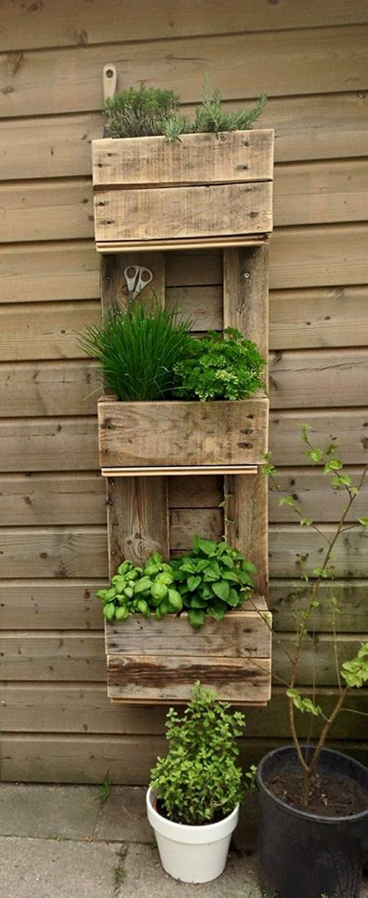 Decorate your home with pallets recycled things for Wooden garden decorations