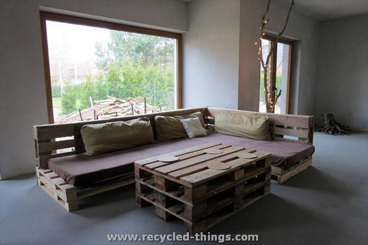 Recycled Pallet Sofa with Coffee Table