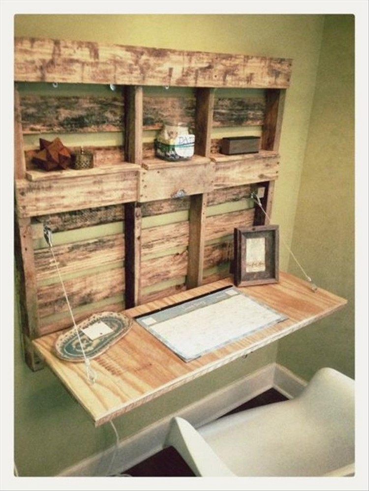 Diy recycled wood pallet projects recycled things for Desk ideas