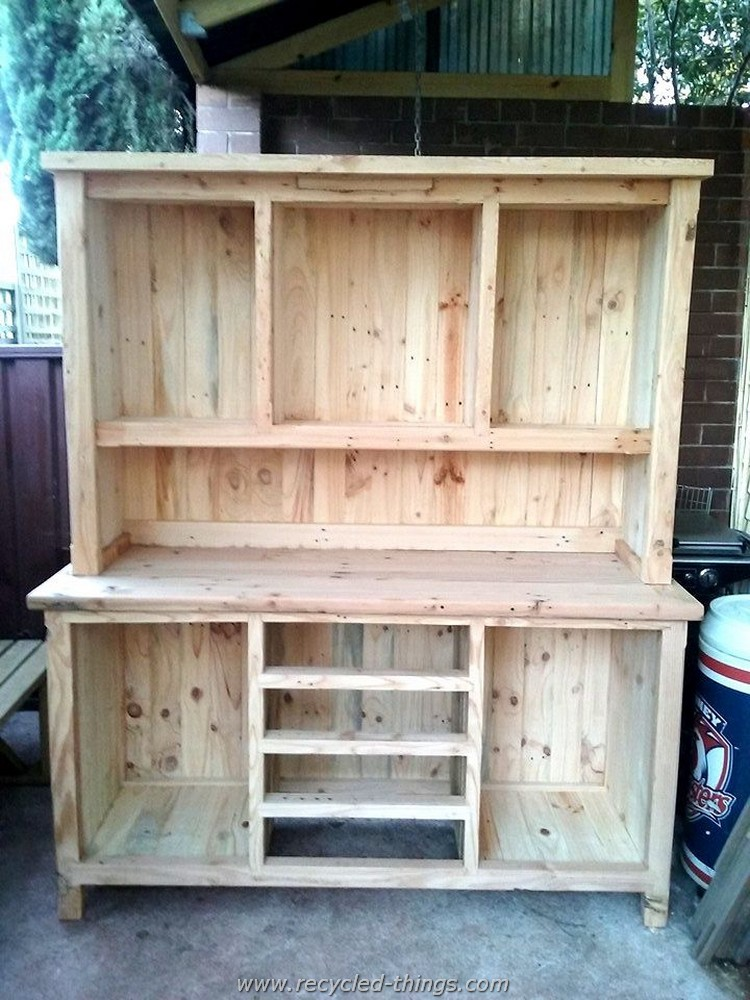 Diy projects with wooden pallets recycled things for How to make furniture out of wood pallets