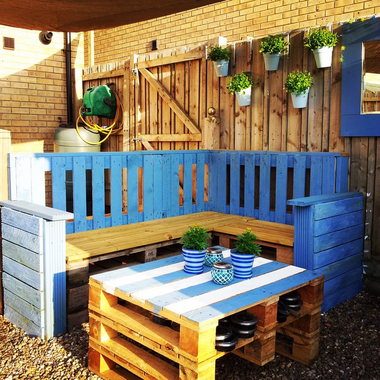 Outdoor Pallet Lounge Sofa and Table