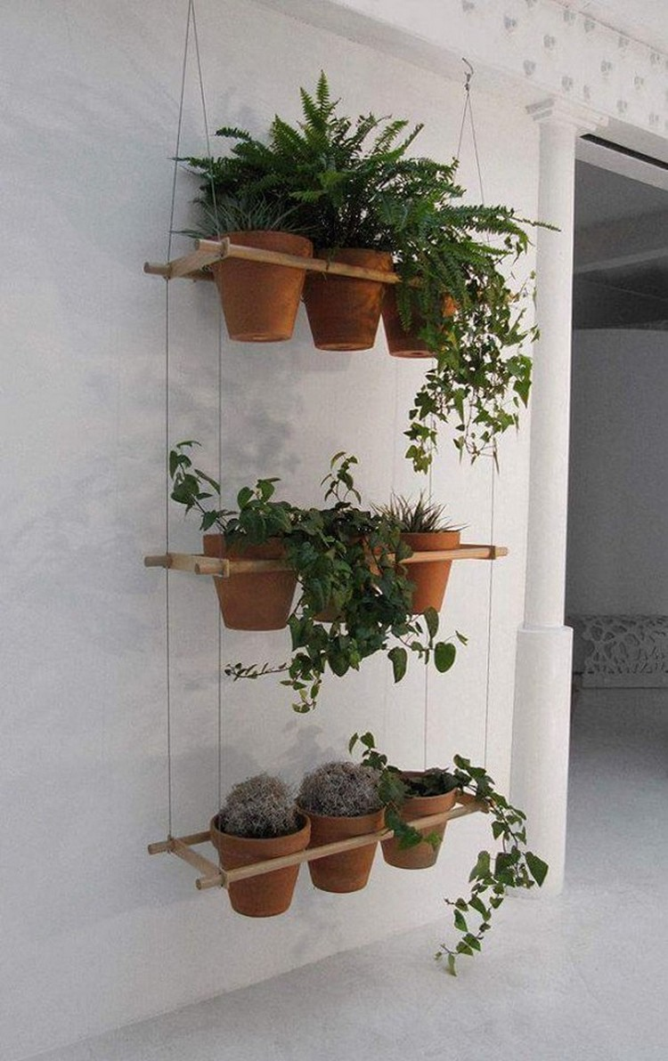 Knickknack ideas for hanging plants recycled things for Pot mural exterieur