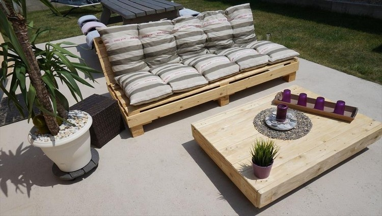 Pallet Cushioned Sofa with Table