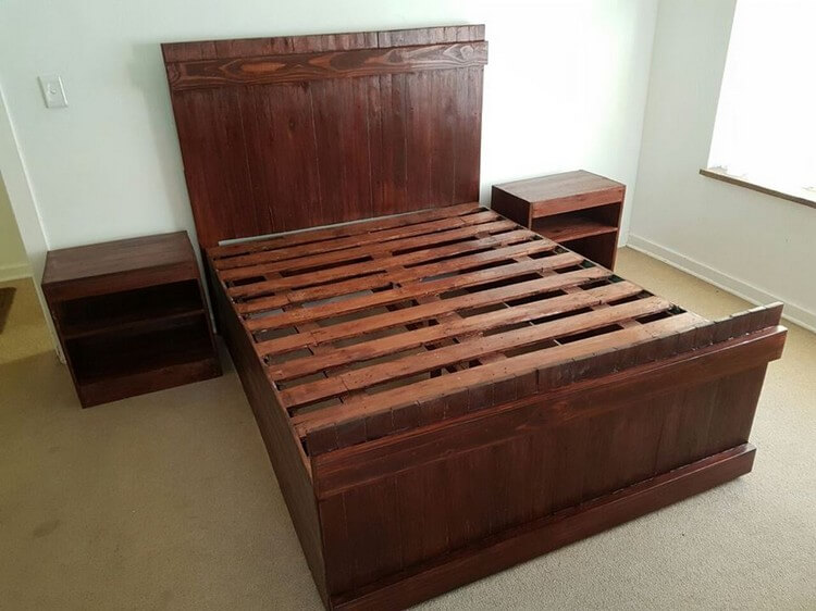Cool and easy projects to do with wood pallets recycled for Pallet bed frame with side tables