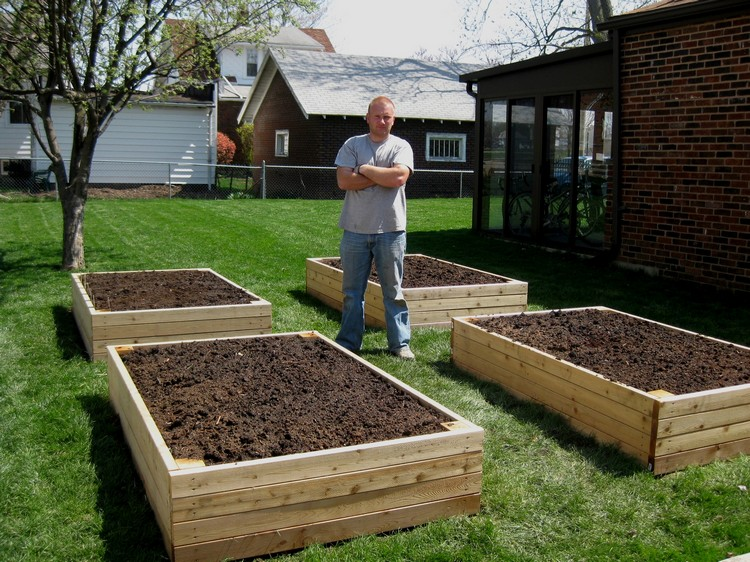 Pallet Backyard Garden Bed Idea