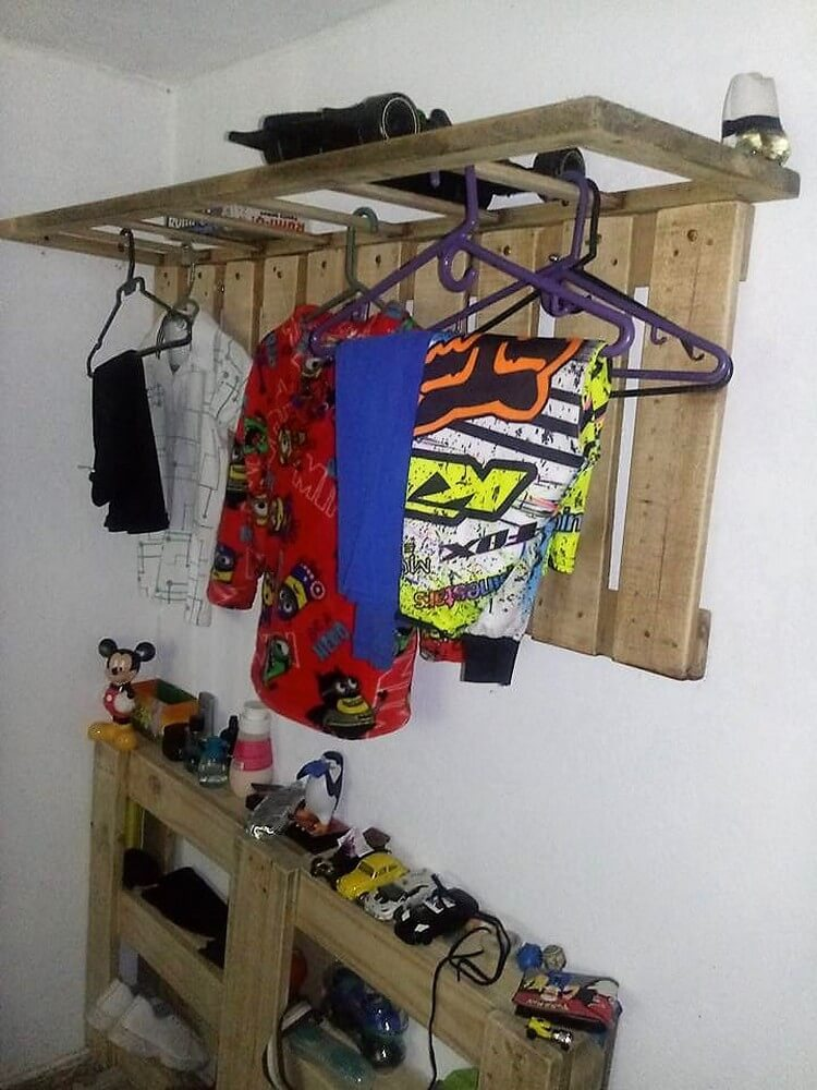 Pallet Clothes Hanging Wall Rack